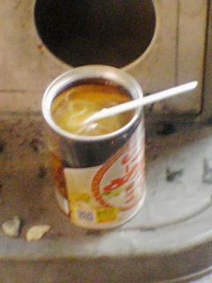 札幌らーめん缶を食うアニ